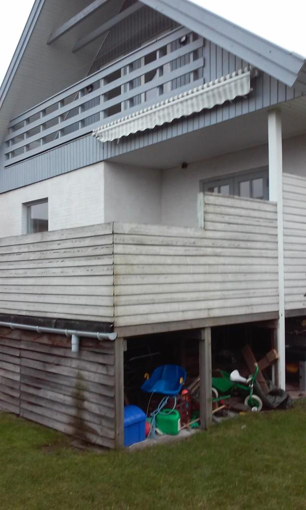 Åben opbevaring og ingen udsigt over haven. Kunden ønskede en mere integreret terrasseløsning, med flere opholdsområder og opbevaring i ét.