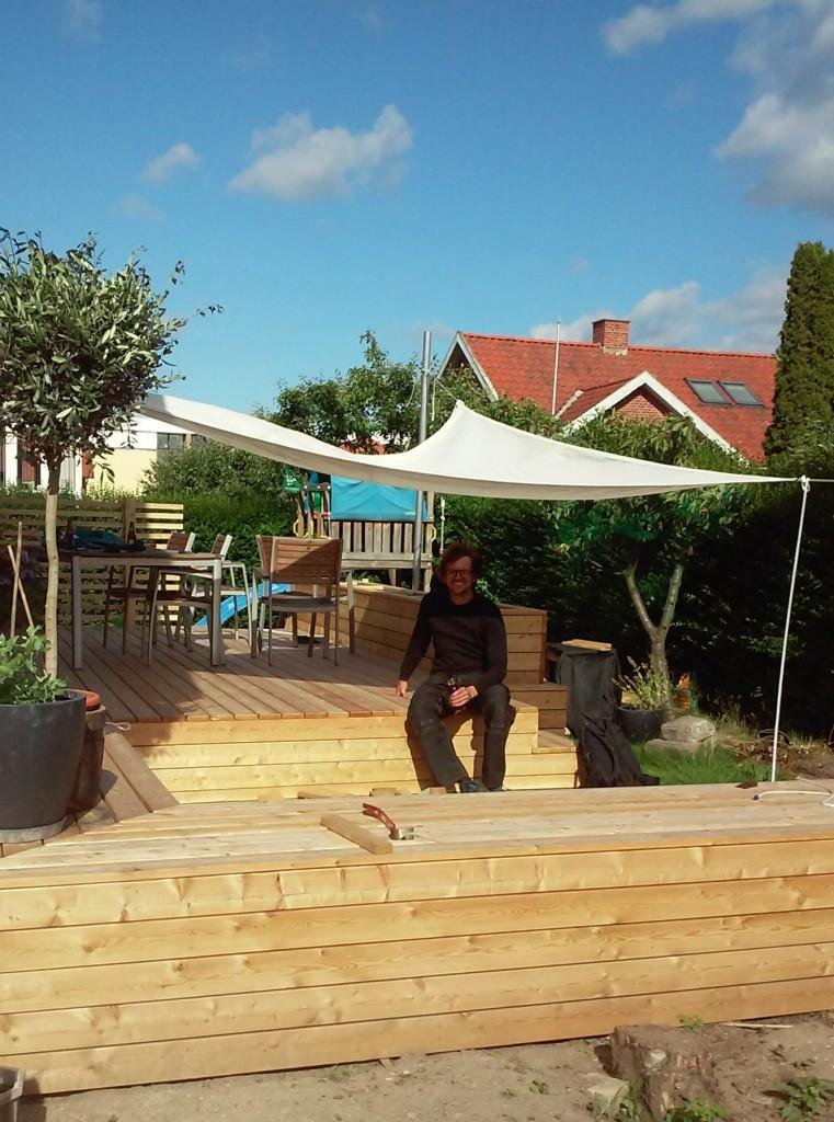 Lounge område med mulighed for solafskærmende segl, der sættes op i aluminiumsstolper der let kan tages ned når de ikke bruges.