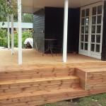 En bred trappe giver flere anvendelsesmuligheder, fx til blomsterkrukker eller som en afslappende siddeplads